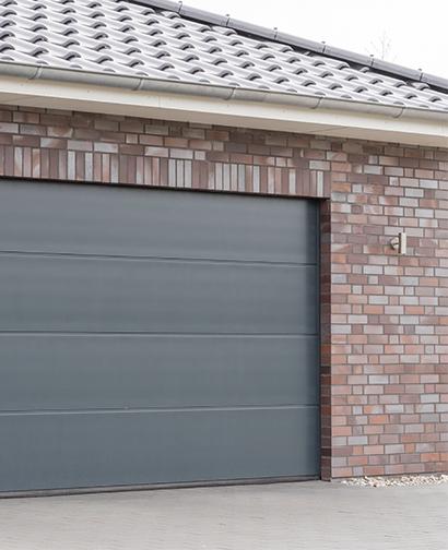 Détecteur d'ouverture avec sabot de porte sur une porte de garage